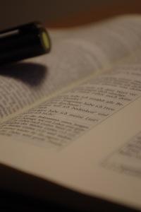 aufgeschlagene Bibel mit Stift
